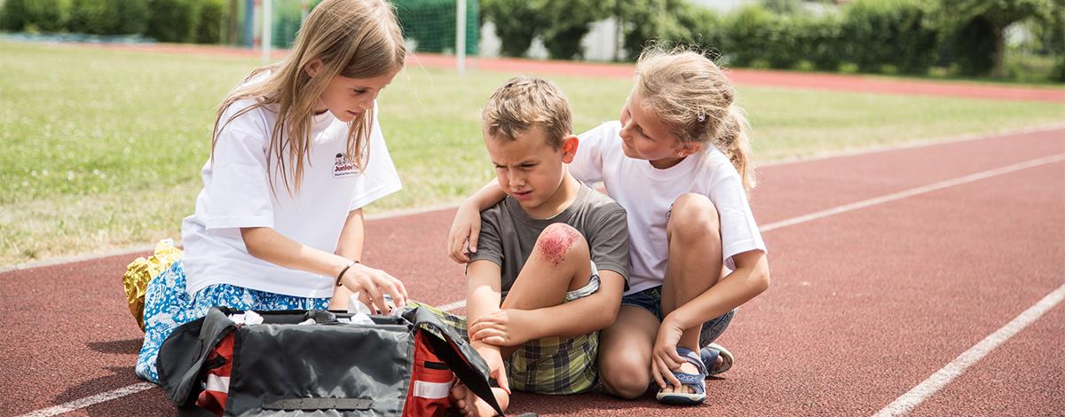 Die Erste Hilfe und die Rotkreuz-Grundsätze sind beim Jugendrotkreuz Programm.